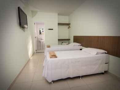 Com configuração 2 camas de solteiro